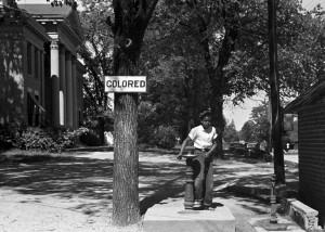 En mindre explicit skylt hade kunnat angett en avgift som svarta inte haft råd med. Foto: John Vachon, public domain