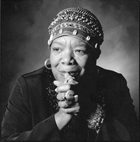 Maya Angelou, som kommer in i historien strax